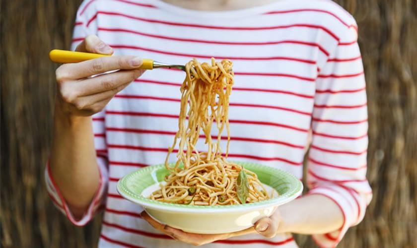 women-eating-pasta-bowl